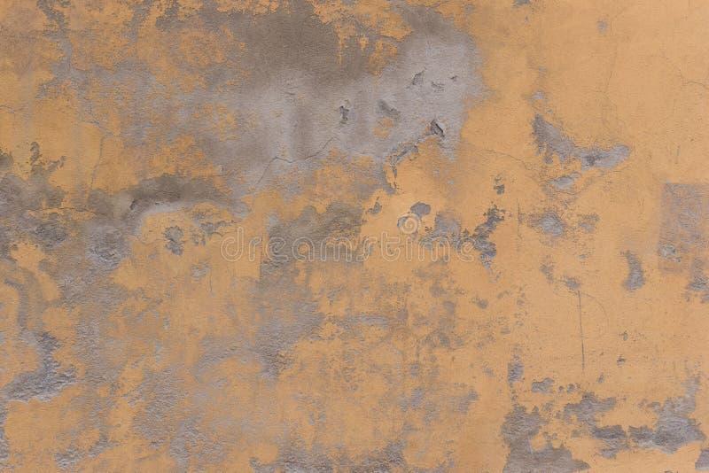 Vieux mur jaune criqué comme fond ou papier peint photos libres de droits