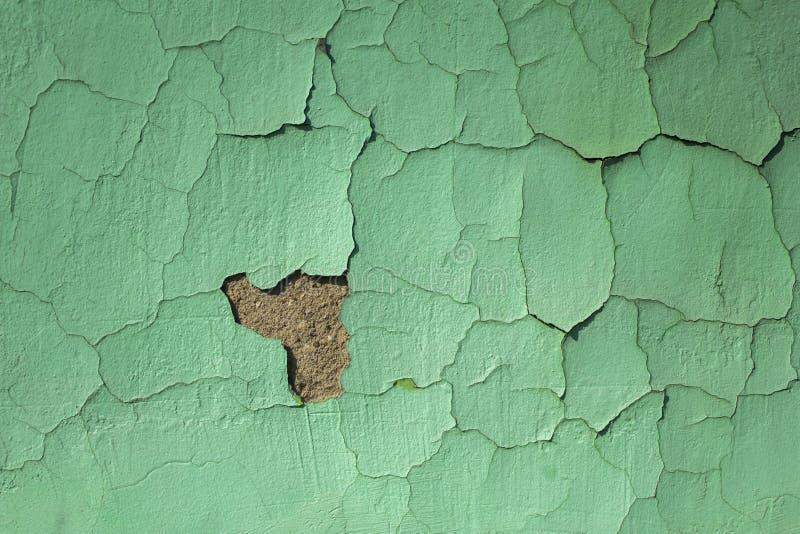 Vieux mur minable vert-bleu avec des dommages et des fissures Texture de surface approximative image libre de droits