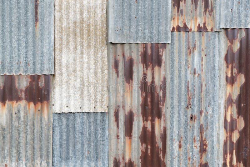Vieux mur ondulé rouillé en métal de zinc de bidon dans le ton de vintage images libres de droits