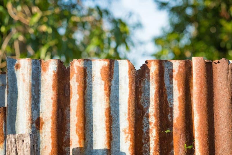 Vieux mur ondulé rouillé en métal de zinc de bidon dans le ton de vintage photo stock
