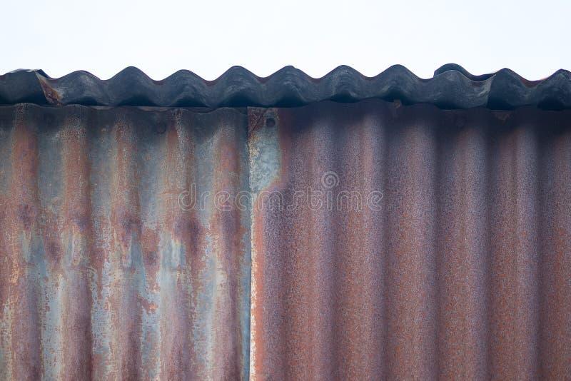 Vieux mur ondulé rouillé en métal de zinc de bidon dans le ton de vintage photos libres de droits