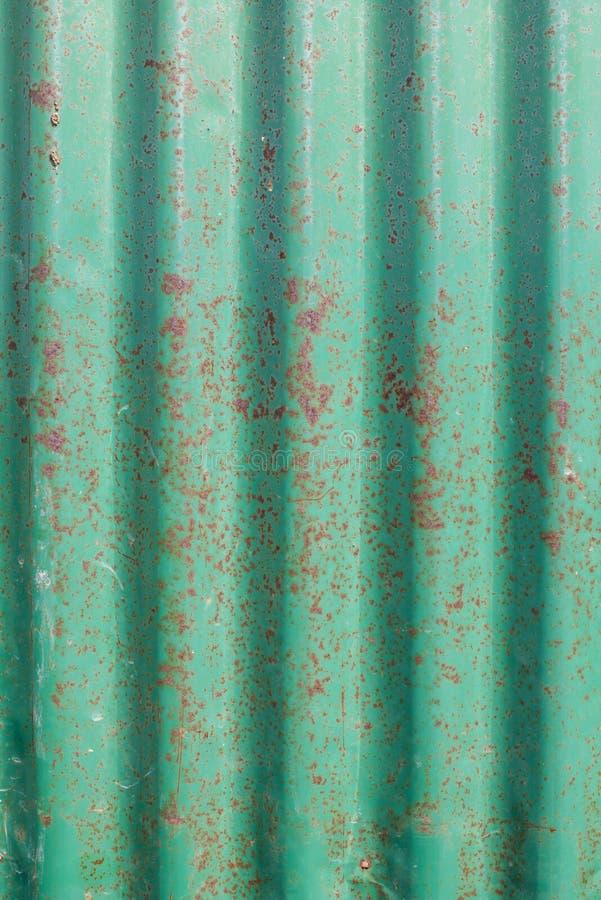 Vieux mur ondulé vert rouillé en métal photos libres de droits