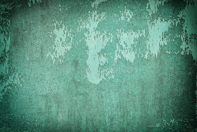 Vieux mur peint avec la peinture vert-foncé Texture in?gale, avec des taches et des taches Fond pour des dispositions avec la vig photos libres de droits