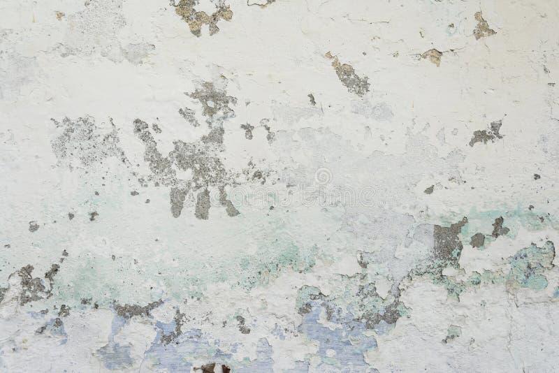 Vieux mur peint de ciment avec toutes les fissures et couches d'épluchage photo libre de droits