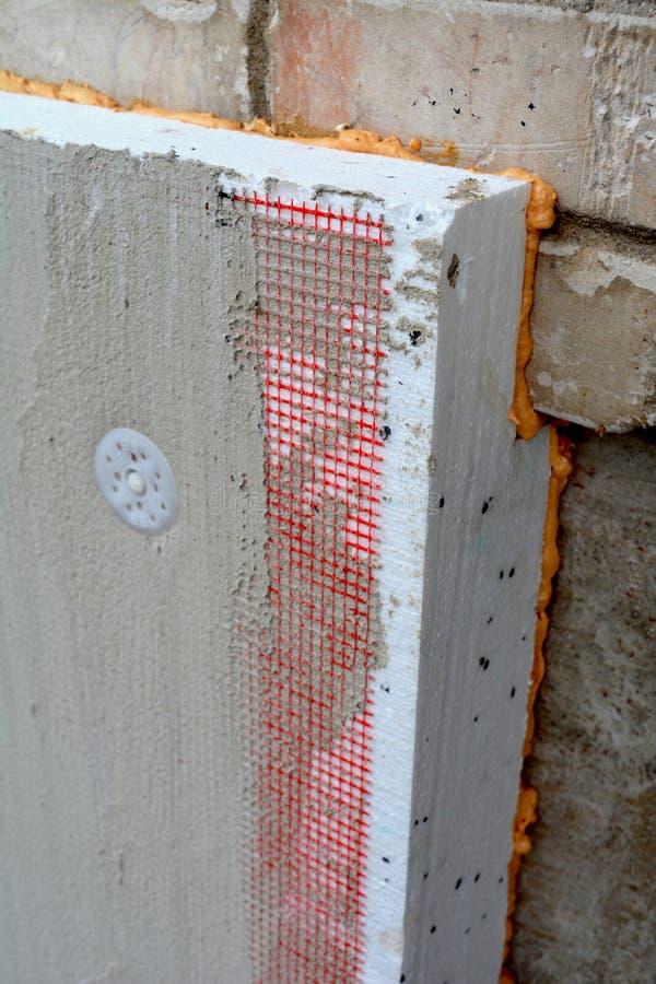 Vieux mur plat isolant de maison avec du polystyrène blanc photographie stock