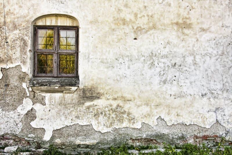 Vieux mur sale avec une fenêtre image stock