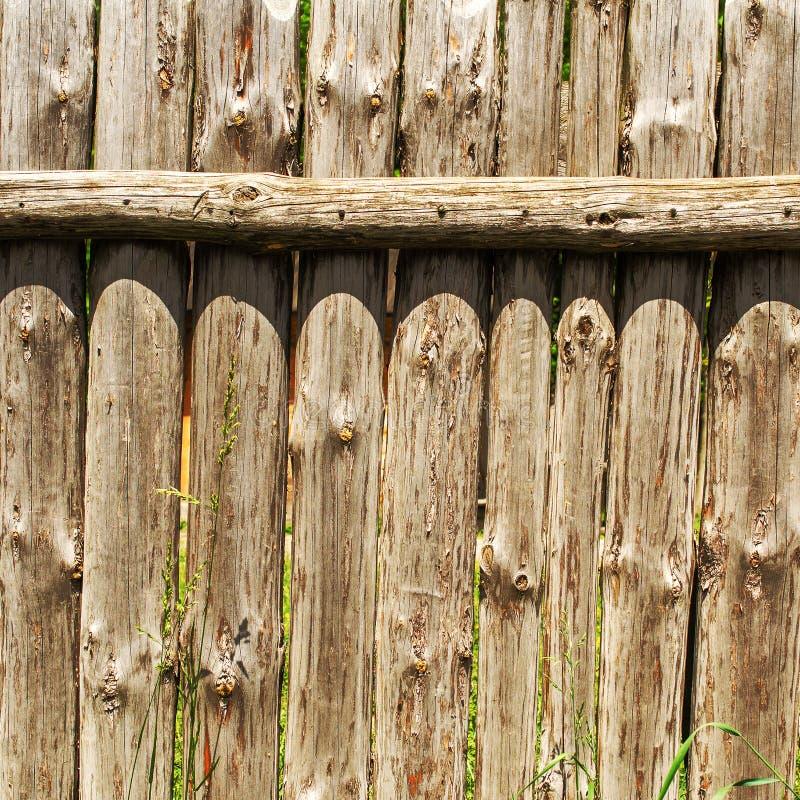 Vieux mur superficiel par les agents de rondin Barrière en bois de vieux rondins verticaux Squ images libres de droits