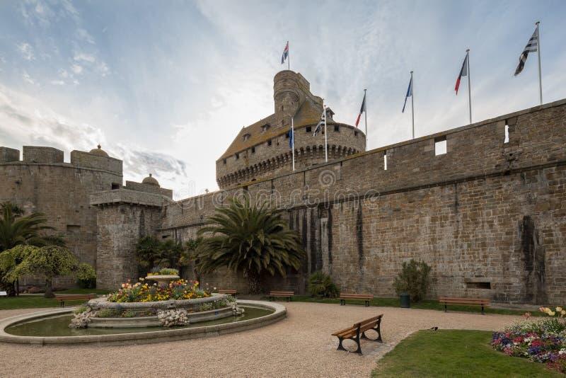Vieux murs de ville de St Malo, la Bretagne, France image stock