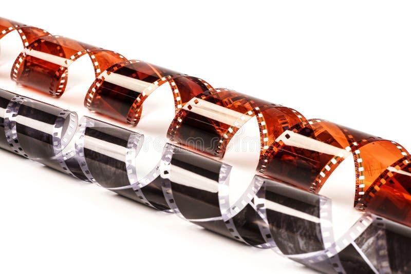 Vieux négatif sur film de photo sur le blanc Bande de film photographique d'isolement sur le fond blanc Noir et blanc avec le fil image stock