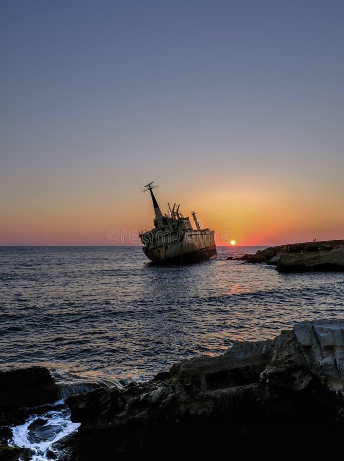 Vieux naufrage qui a couru l'agound dans Pafos, Chypre photographie stock