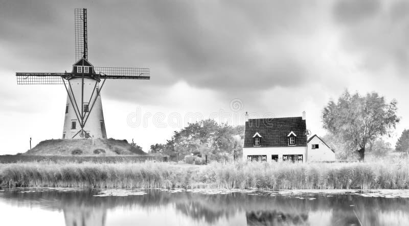 Vieux nuages de moulin de canal d'horizontal de moulin à vent image stock