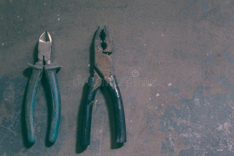 Vieux outils à un arrière-plan foncé de studio sur le fer image stock