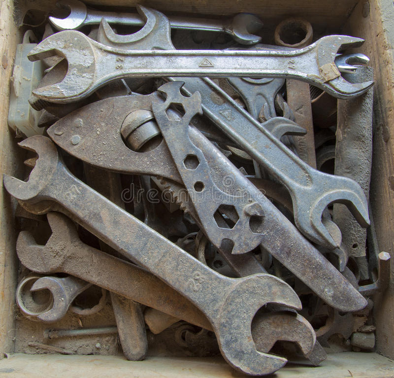 Vieux outils dans le cadre en bois image stock