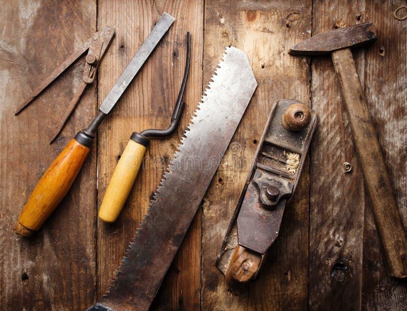 Vieux outils de bricolage de vintage sur le fond en bois photo stock