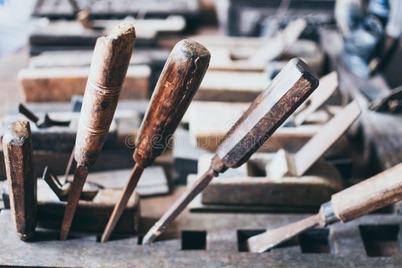 Vieux outils de menuiserie dans un atelier en bois images libres de droits