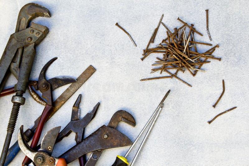 Vieux outils de travail sur le fond gris photo stock
