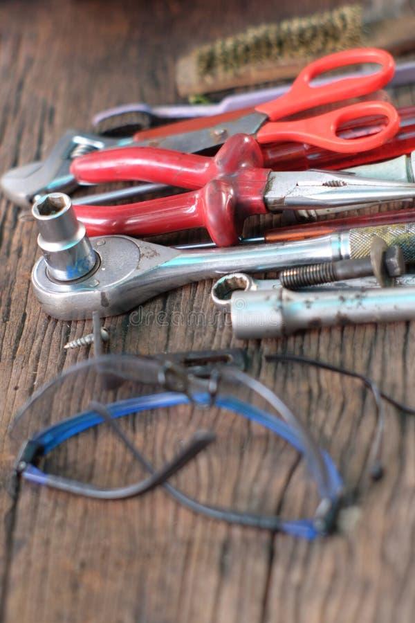 Vieux outils de travail de vue supérieure sur en bois photo stock
