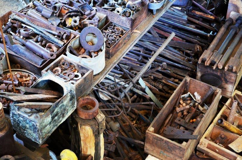 Vieux outils et attaches rouillés photographie stock libre de droits