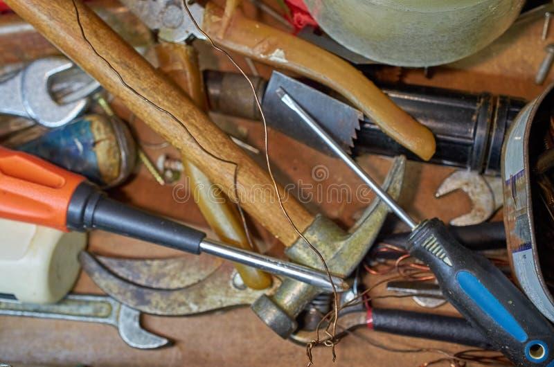 Vieux outils, marteau, tournevis, clés, fond en bois de fil photographie stock libre de droits