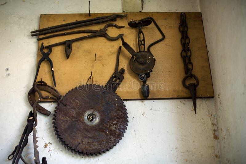 Vieux outils rouillés sur le conseil en bois images stock