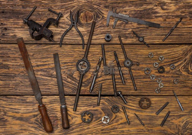 Vieux outils sur la surface en bois photographie stock libre de droits