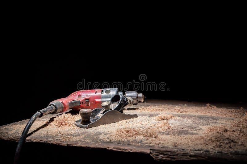 Vieux outils sur le banc de sciure photo libre de droits