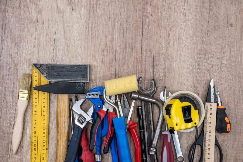 Vieux outils sur le fond en bois photos stock