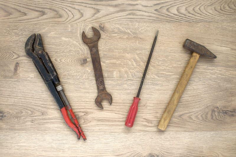 Download Vieux Outils Sur Le Fond En Bois Image stock - Image du gestionnaire, rouille: 77154435