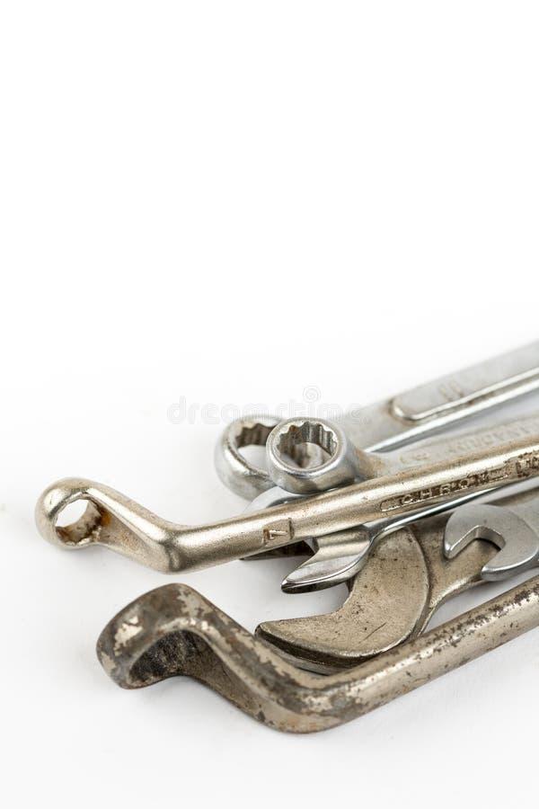 Vieux outils utilisés de clé d'isolement au-dessus du fond blanc avec l'espace de copie photos libres de droits