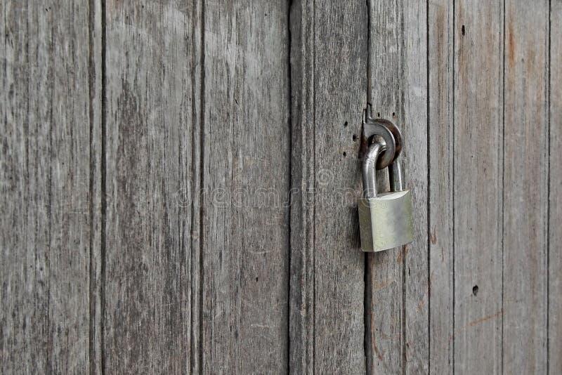 Vieux padlocked sur la porte en bois photos libres de droits
