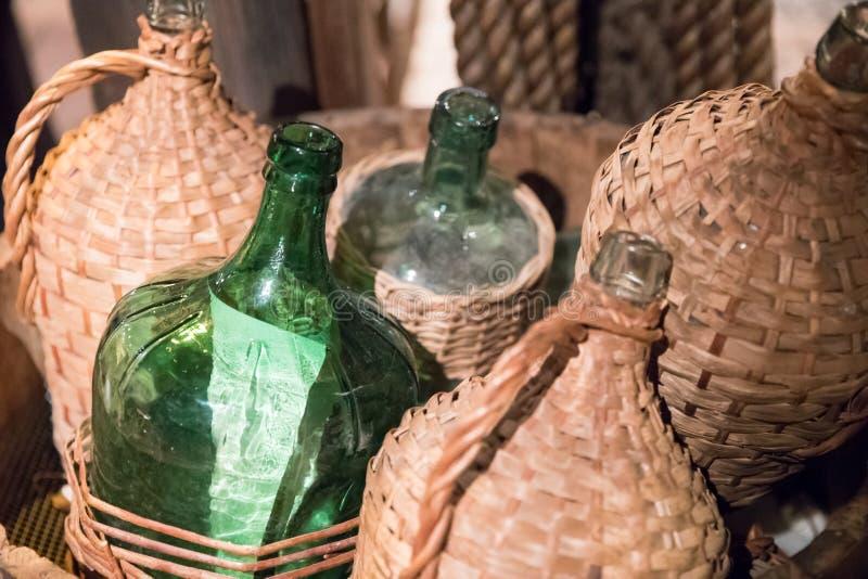 Vieux panier de bouteille en verre couvert de vieille poussière images stock