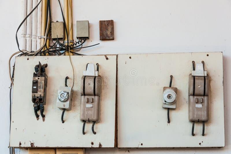 Vieux panneau de disjoncteur image stock