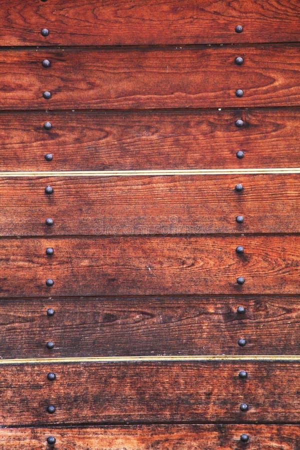 Vieux panneau en bois avec des goujons en métal photos libres de droits
