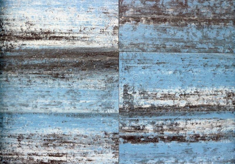 Vieux panneaux en bois avec deux couches de peinture, du premier blanc bleu et deuxième, épluchant du temps images libres de droits