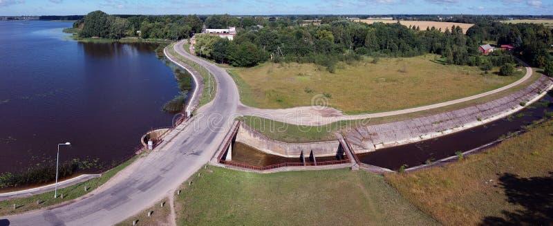 Vieux panorama de barrage et de route de lac, vue aérienne image stock