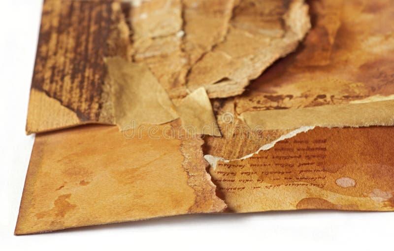 Vieux papier antique déchiré dans les morceaux rapportés ensemble encore, sy photographie stock libre de droits