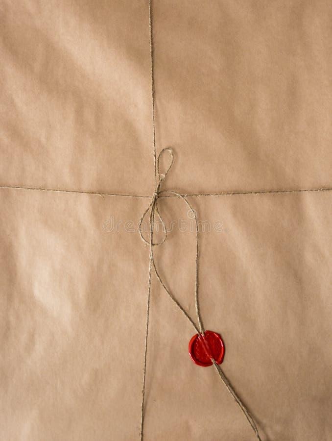 Vieux papier avec le joint et la ficelle rouges de cire photographie stock