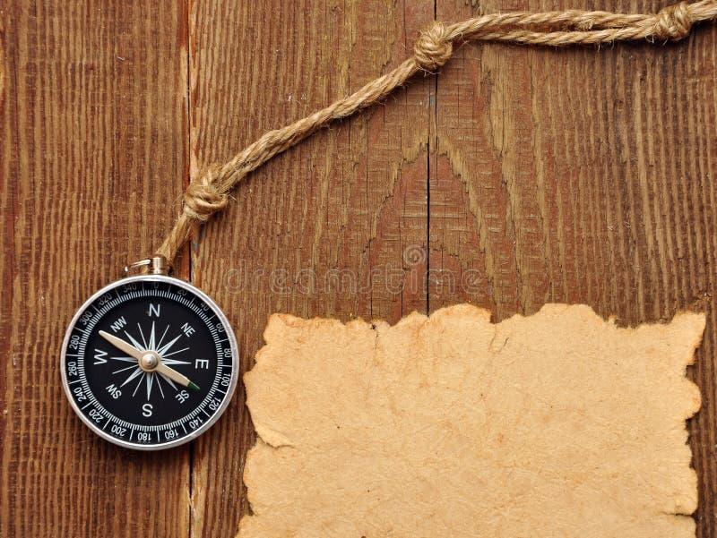 Vieux papier, compas et corde sur le fond en bois images stock