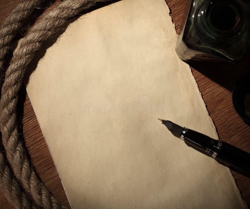 Vieux papier et crayon lecteur images stock