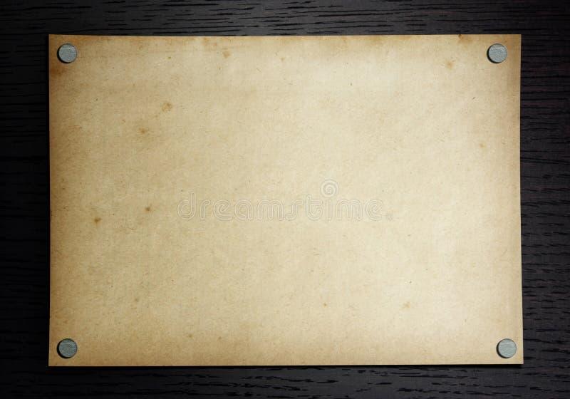 Vieux papier sur le bois foncé image libre de droits
