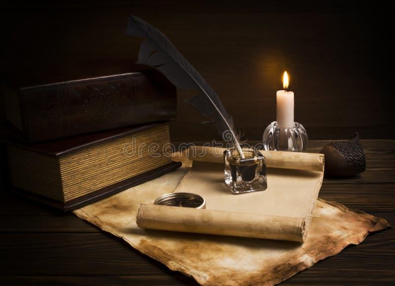 Vieux papiers et livres sur une table en bois photo stock