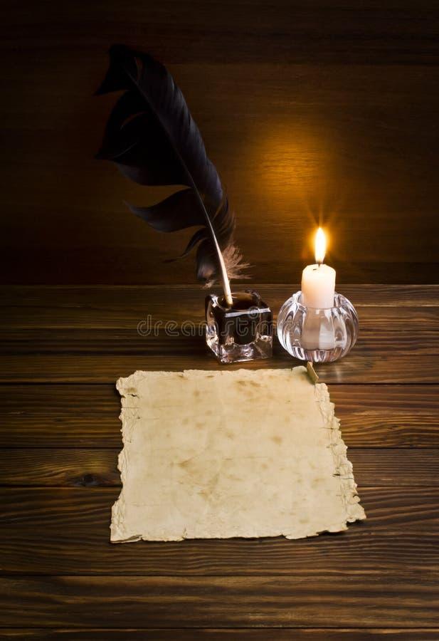 Vieux papiers sur une table en bois photo stock
