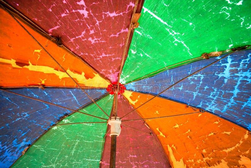 Vieux parapluie d'arc-en-ciel. image stock