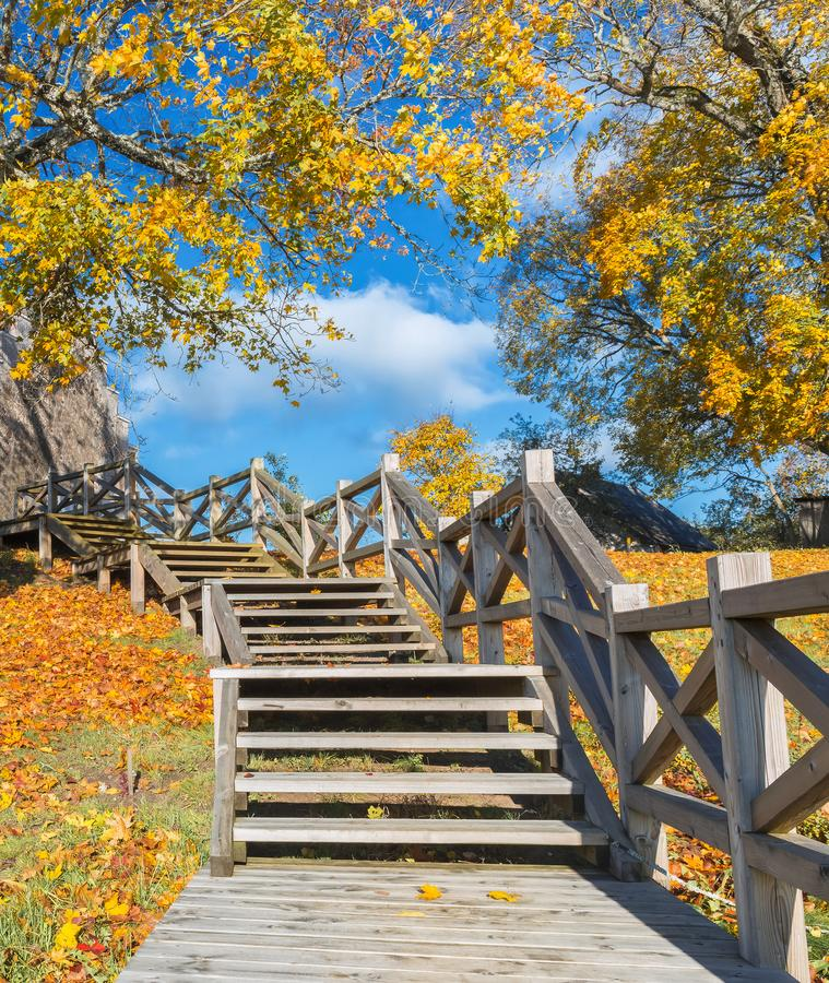 Vieux parc automnal avec les escaliers en bois photographie stock