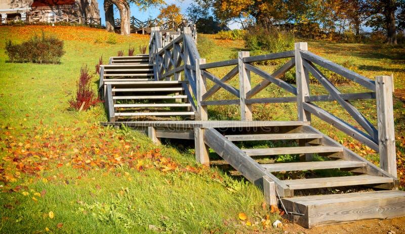 Vieux parc automnal avec les escaliers en bois image stock