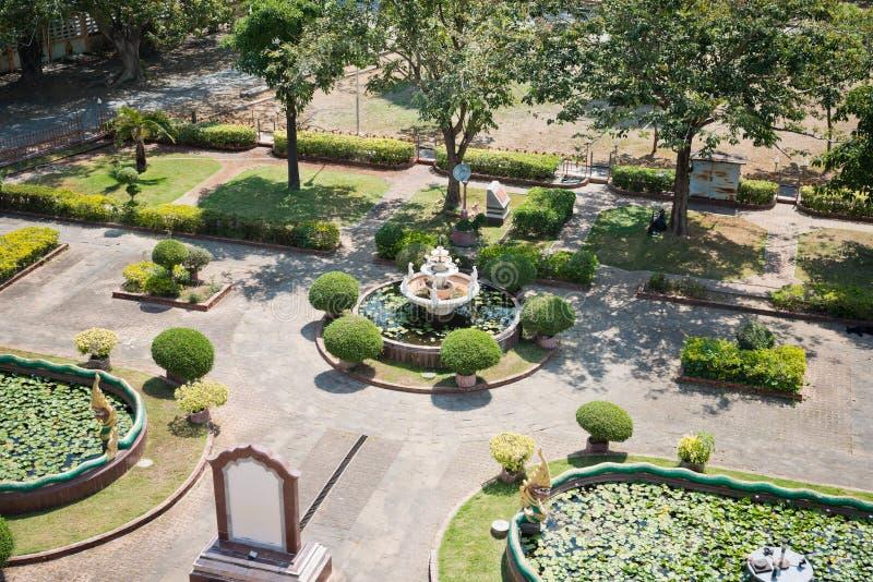 Vieux parc - fontaine avec le lotus photo stock