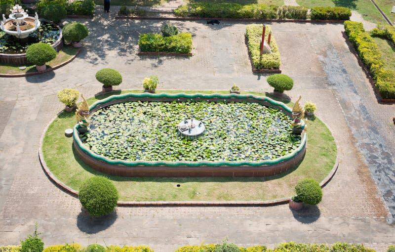 Vieux parc - fontaine avec le lotus image stock
