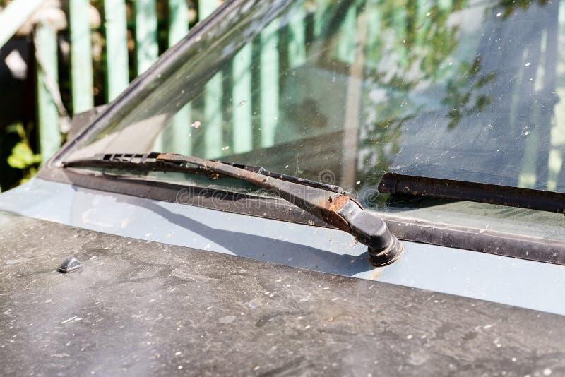 Vieux pare-brise de voiture avec les essuie-glace rouillés en métal photographie stock libre de droits