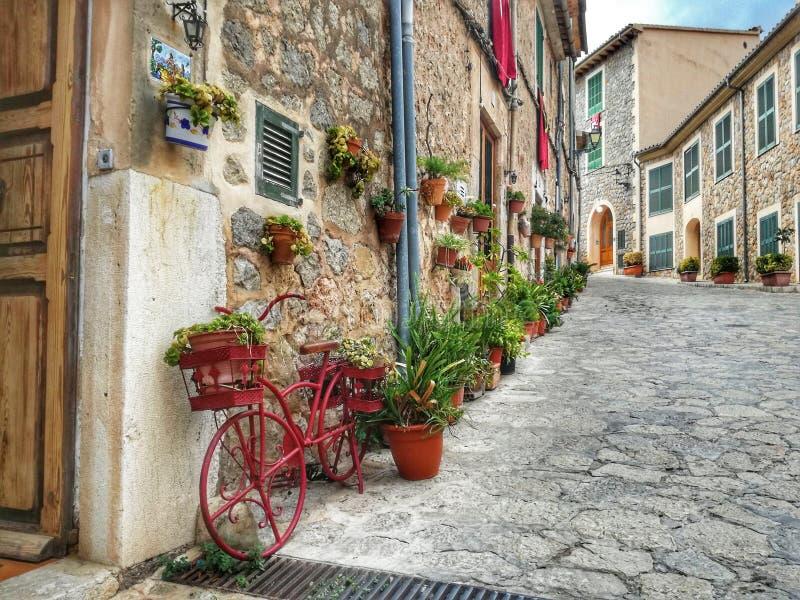 Vieux passage couvert de ville de Valldemosa Majorque photographie stock libre de droits