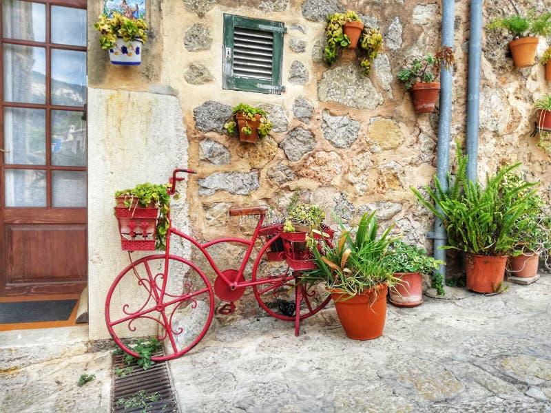 Vieux passage couvert de ville de Valldemosa Majorque photos libres de droits